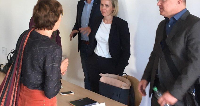 Katja Hoyer (M.) im Gespräch beim Runden Tisch